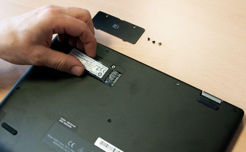 SSD von links nach rechts einstecken